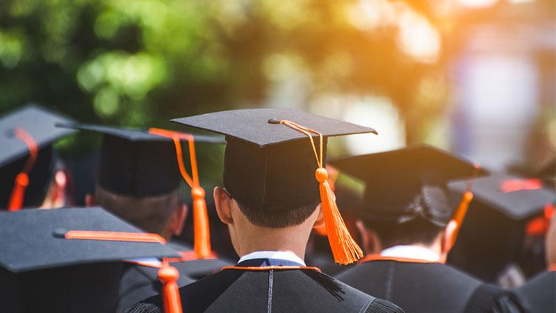 абсолвентска шапка за дипломиране
